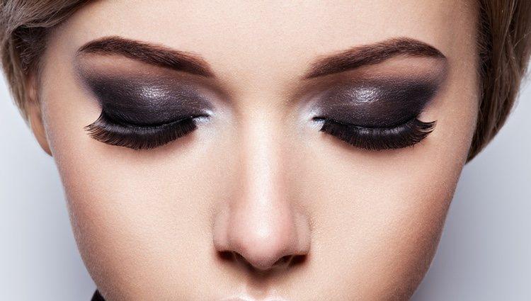 El smokey eyes puede hacerse muy fácilmente siguiendo unos fáciles pasos