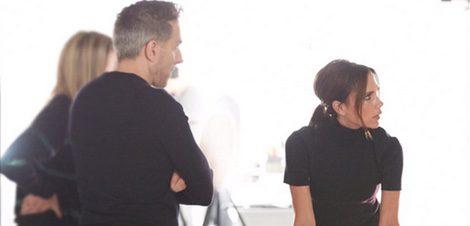 Victoria Beckham junto al director creativo de Estée Lauder, Tom Pecheux   Twitter: @Victoriabeckham