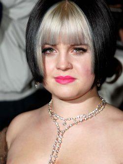Kelly Osbourne con corte bob en tono negro y flequillo decolorizado