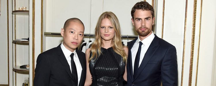 El director creativo de Hugo Boss, Jason Wu, junto a Anna Ewers y Theo James