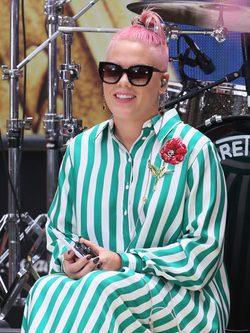 Pink y su peinado man bun