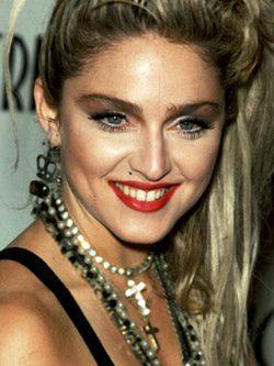 Madonna con un peinado de coleta alta
