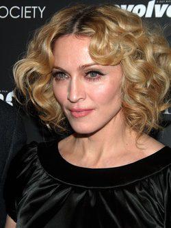 Madonna con el pelo con rizos