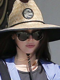 Megan Fox con un sombrero de estilo coreano