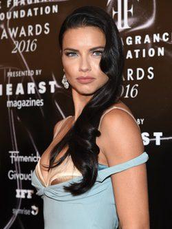 Las ondas no pasan de moda para Adriana Lima