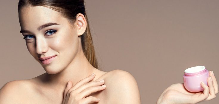 Hidrata adecuadamente tu rostro y piel con una crema que no sea demasiado aceitosa