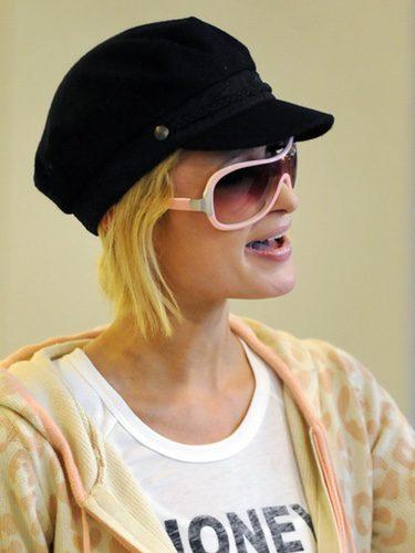Paris Hilton llevando una boina con visera