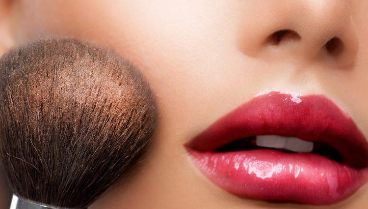 Aplicar el colorete en polvo puede causar el indeseado 'efecto mancha' en la cara