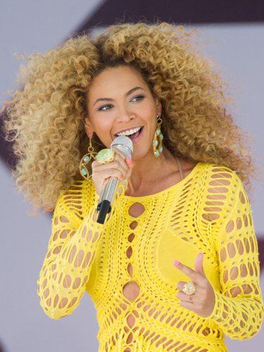 Beyoncé actuando con pelo afro rubio
