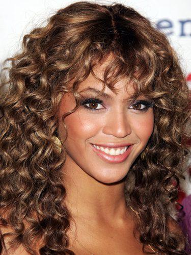 Beyoncé con flequillo rizado