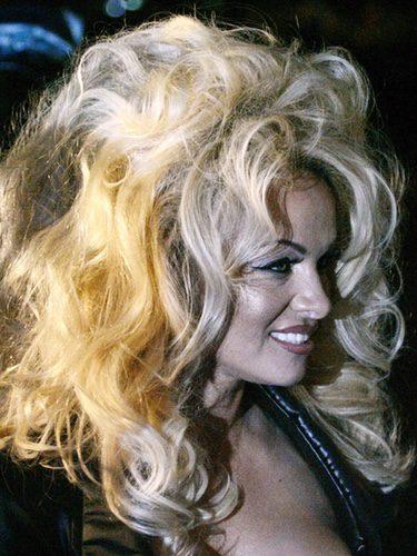 Pamela Anderson con el pelo muy cardado y rizado