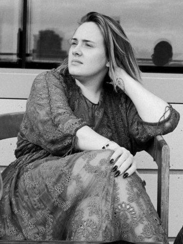 Adele sentada y sin maquillar