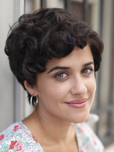 Macarena García con el pelo corto y rizado