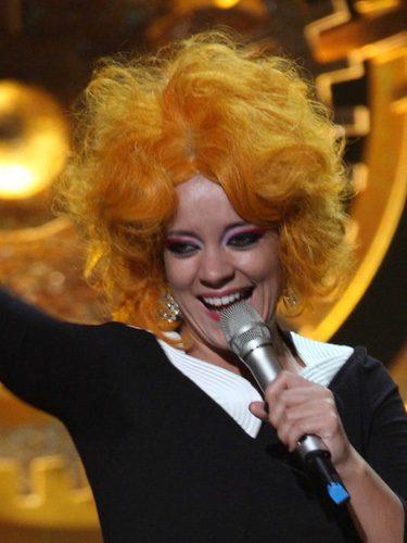 Lily Allen con una peluca naranja