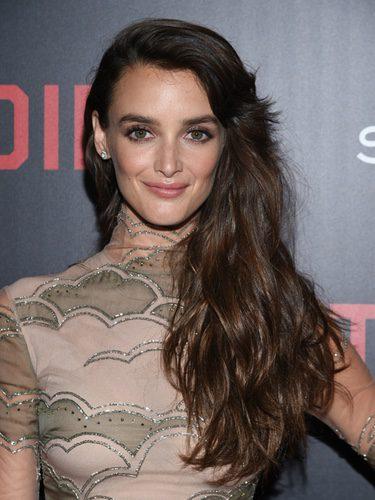 Charlotte Le Bon con un look muy natural