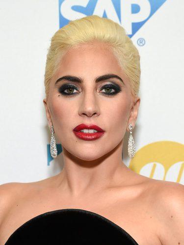 Lady Gaga con un maquillaje muy marcado