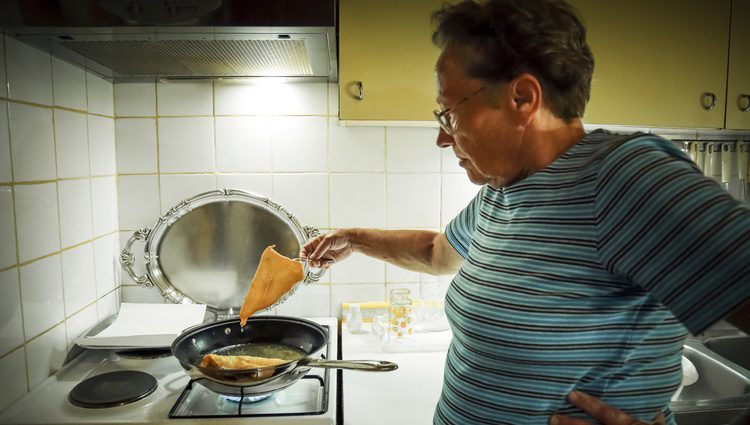 Que te salte aceite en la piel mientras cocinas es algo que puede causarte quemaduras