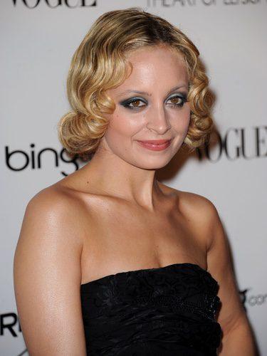 Nicole Richie con un peinado rizado