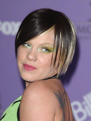 Pink con el pelo bicolor y sombra de ojos verde