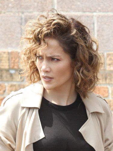 Jennifer Lopez con el pelo rizado