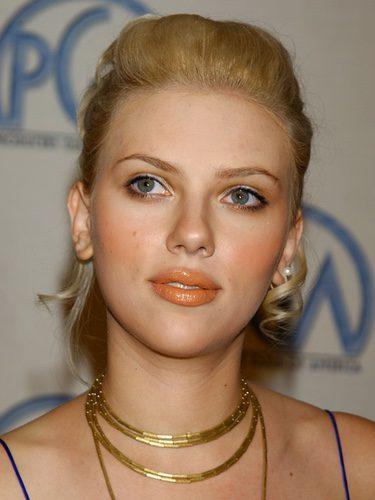Scarlett Johansson con un labial naranaja