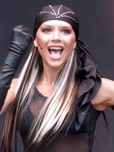 Victoria Beckham con un pañuelo y el pelo bicolor
