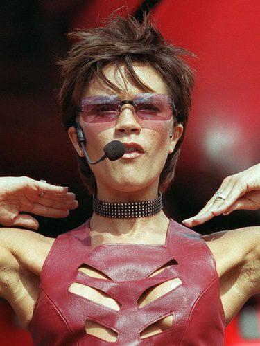 Victoria Beckham con un corte pixie y actuando
