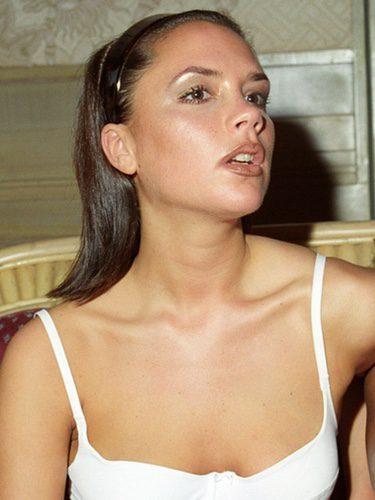 Victoria Beckham con una diadema de plástico