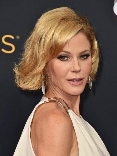 Julie Bowen con el pelo de punta peinado hacia atrás