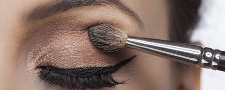 Usa un eyeliner para enmarcar la mirada y da el toque final utilizando máscara de pestañas