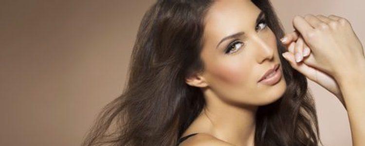 Usa iluminador para destacar puntos estratégicos de nuestro rostro