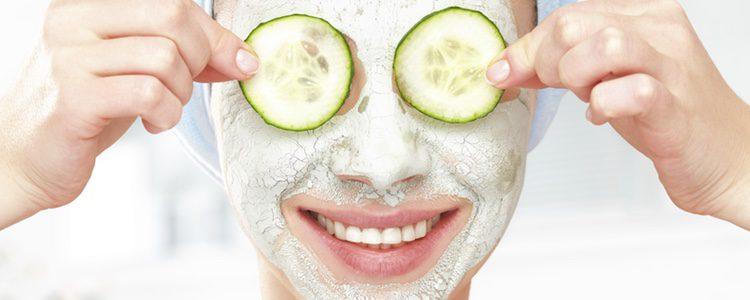 Muchas de las cremas faciales contienen papaya que mejora tu cutis
