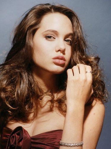 Angelina Jolie con el pelo rizado y ahuecado
