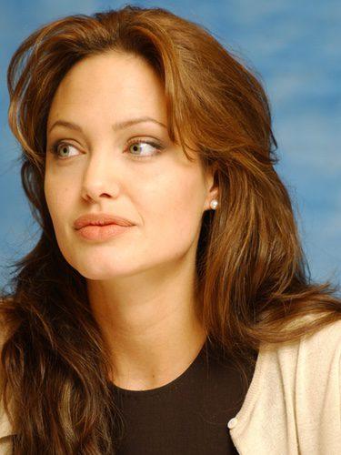 Angelina Jolie con las cejas finas