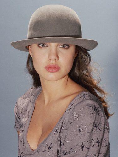 Angelina Jolie con un bombín