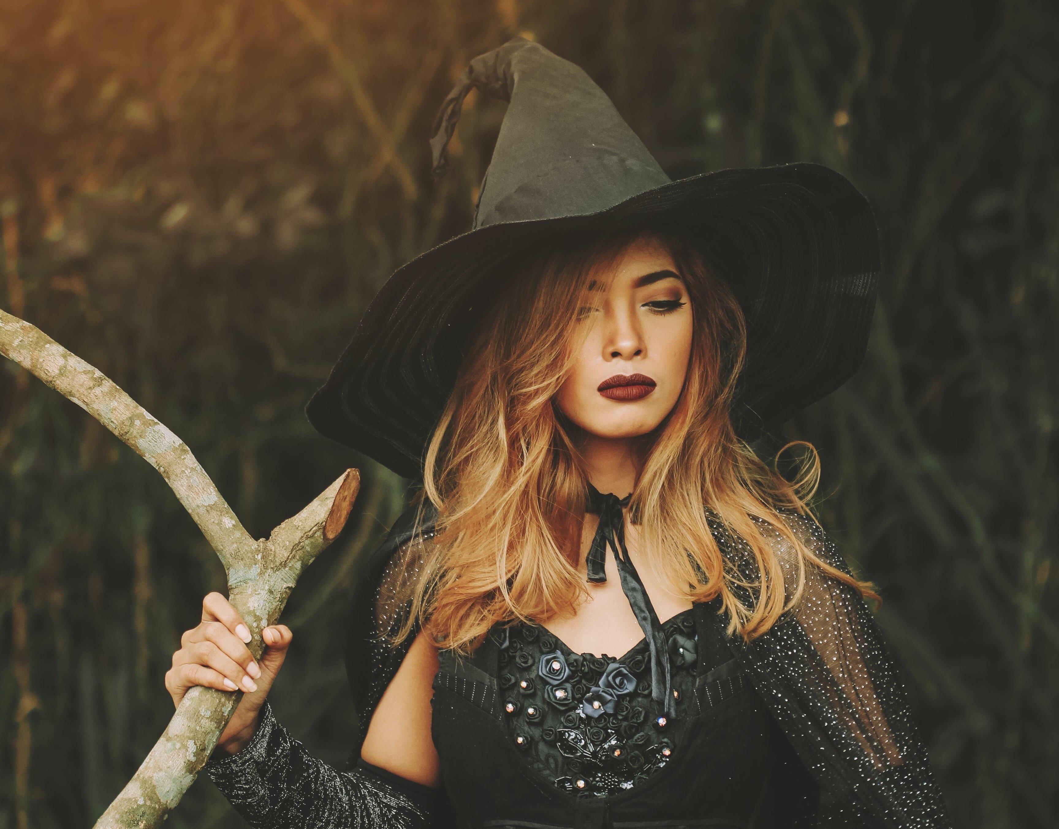 Si quieres lucir una mirada terrorífica, el disfraz de bruja sexy es tu mejor opción