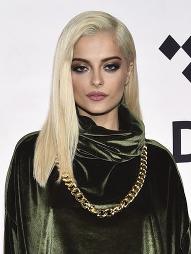 Bebe Rexha con un smokey eye satinado