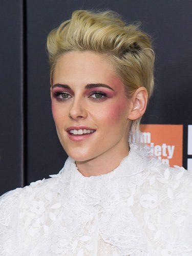 Kristen Stewart con sombra rosa aplicada en los pómulos y en las sienes
