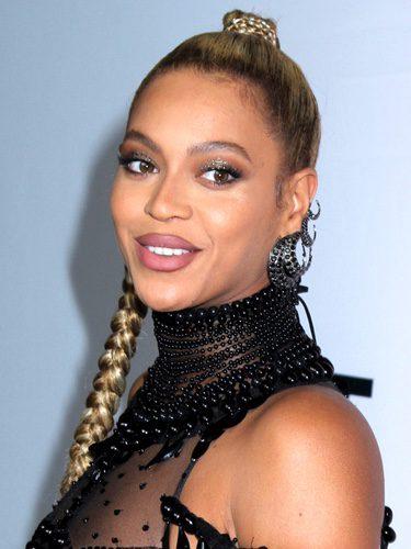 Beyoncé con una tensa trenza alta
