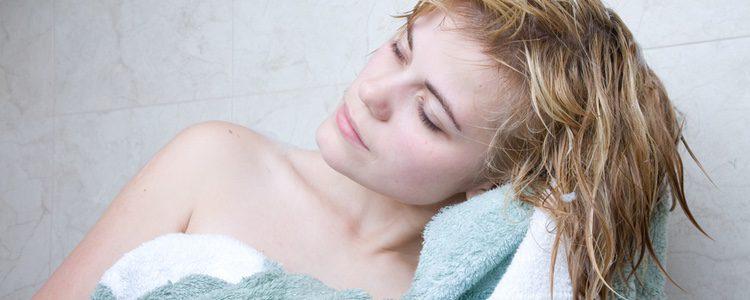 No debes frotar tu cabello con la toalla para secarlo pues solo conseguirás dañarlo