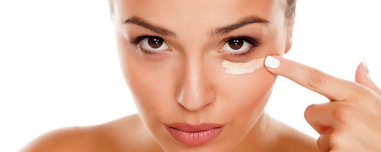 Aplica un contorno de ojos para desinflamar la zona de las ojeras