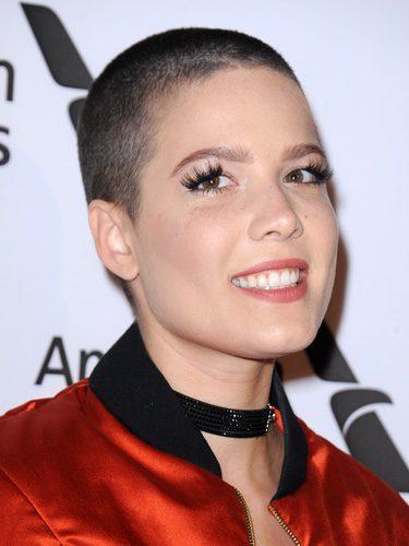Halsey con unas pestañas postizas que no encajan con la forma de su ojo