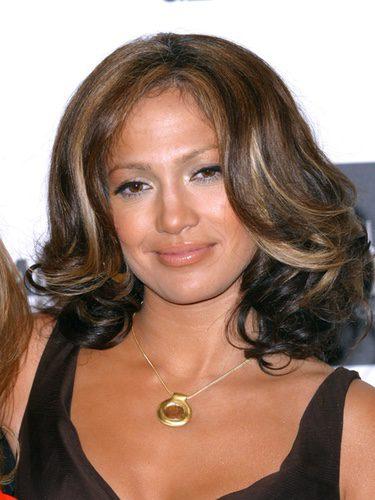 Jennifer Lopez con una melena midi de colores