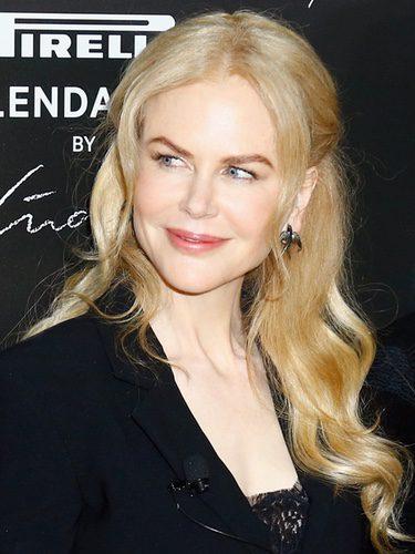 Nicole Kidman con el cabello suelto y ondulado