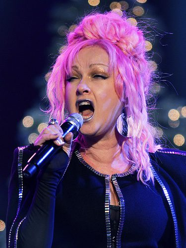 Cyndi Lauper cantando con el pelo rosa