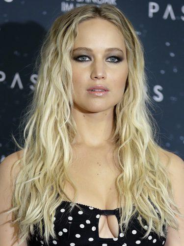 Jennifer Lawrence con un rizo lacio