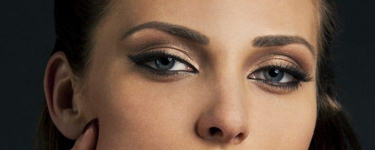 Es muy original y estiloso usar la mezcla de dos sombras de ojos que nos los resalten