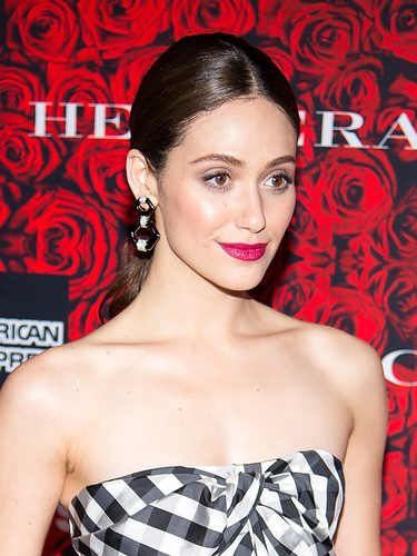 Emmy Rossum da un toque de color a su look