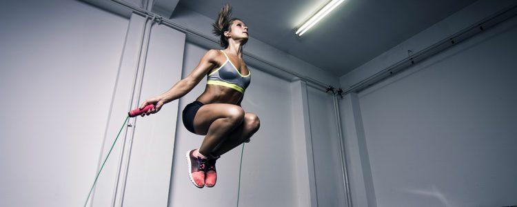 Saltar a la comba no solo sirve para endurecer los glúteos, también es un muy buen ejercicio de cardio