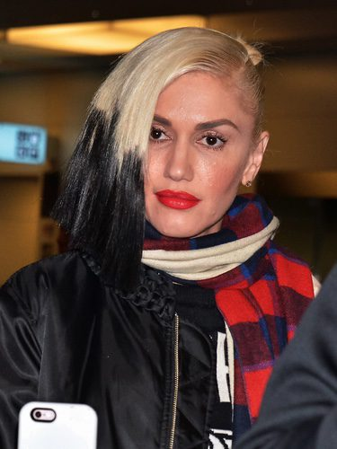 Gwen Stefani con el pelo teñido de dos colores